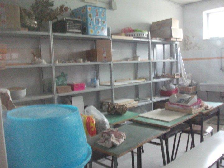 scaffali e materiali della stanza tecnica nel laboratorio di ceramica