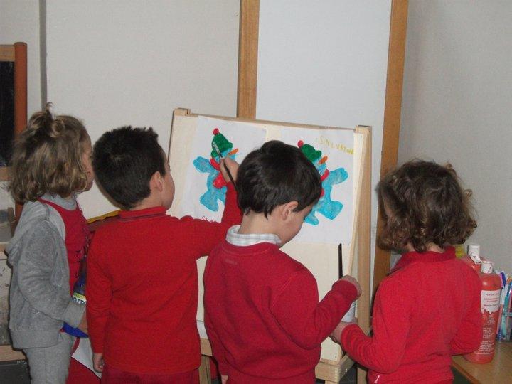 bambini nel laboratorio del colore