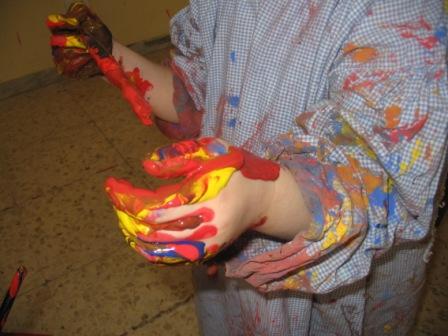 mani di bambino sporche di tempera colorata