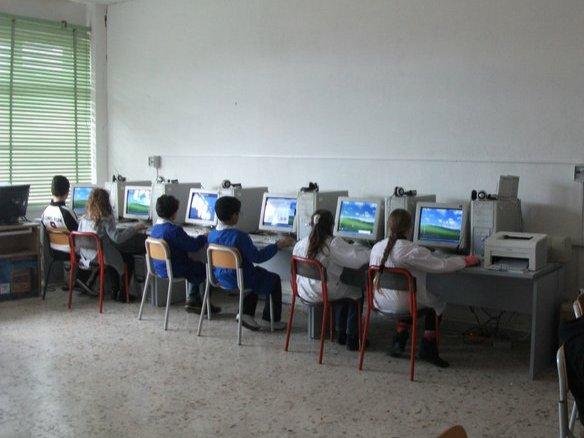 ragazzi durante l'attività informatica nel laboratorio multimediale
