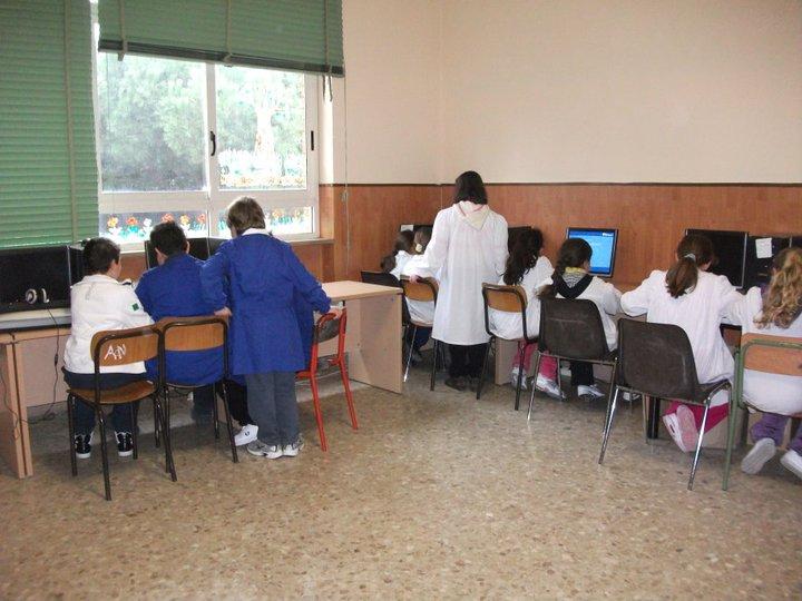 attività informatica nel laboratorio multimediale
